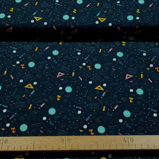 Cotton School Supplies Ecole fabric - Organic cotton fabric (GOTS) with drawings of numbers, rulers, pencils and other school supplies, on a dark blue background. The fabric is 150cm wide and its composition is 100% cotton.