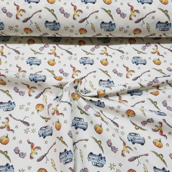 Cotton Harry Potter Flying Car fabric - Licensed cotton fabric with drawings of the Harry Potter saga, where the Ford Anglia flying car and other recognized objects of this magical saga appear on a light background. The fabric is 150cm wide and its compos