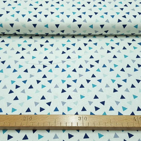 Patchwork Linen Blue Triangles fabric - Fabric with a linen or half Panama look, ideal for Patchwork with drawings of triangles in blue tones on a white background. The fabric measures 140cm wide and its composition 50% polyester - 40% cotton - 10% linen