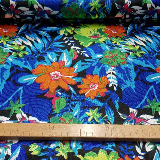 Satin Flowers Hawaii fabric - Satin fabric, bright on one side and with a lot of fall. Print with big flowers and plants on black background. The fabric is 150cm wide and its composition 100% polyester.
